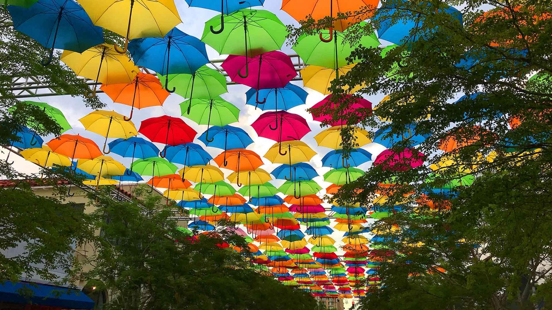 Os guarda-chuvas coloridos que afetam as emoções daqueles que andam sob eles