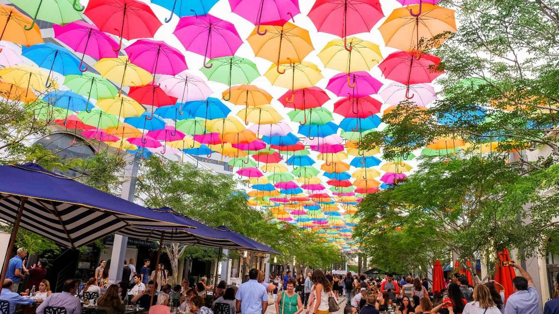 雨傘アートインスタレーションにより、コラル=ゲーブルズのヒラルダ・プラザでカラフルな爆発が追加