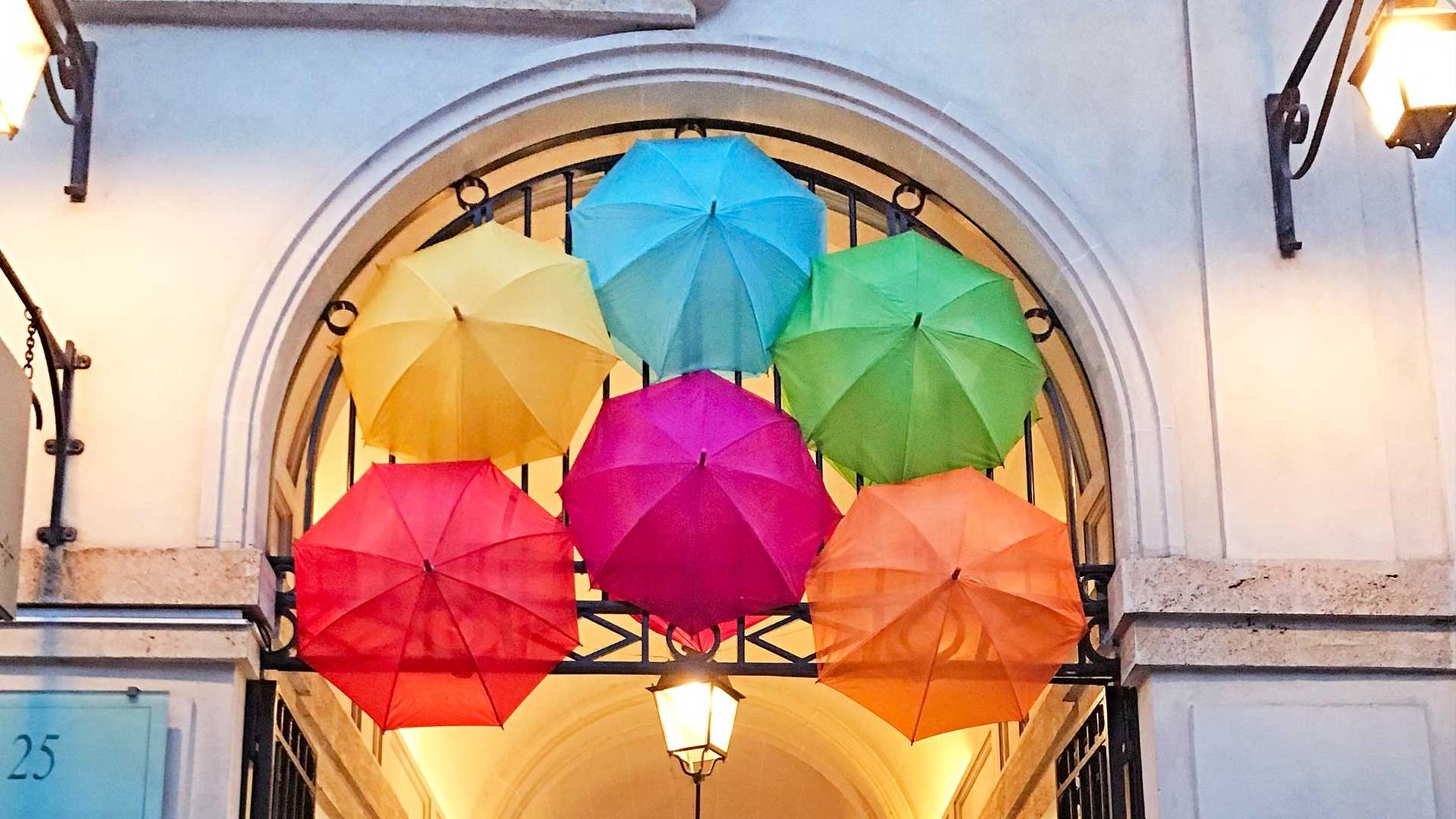 800 guarda-chuvas coloridos invadem o Village Royal em Paris