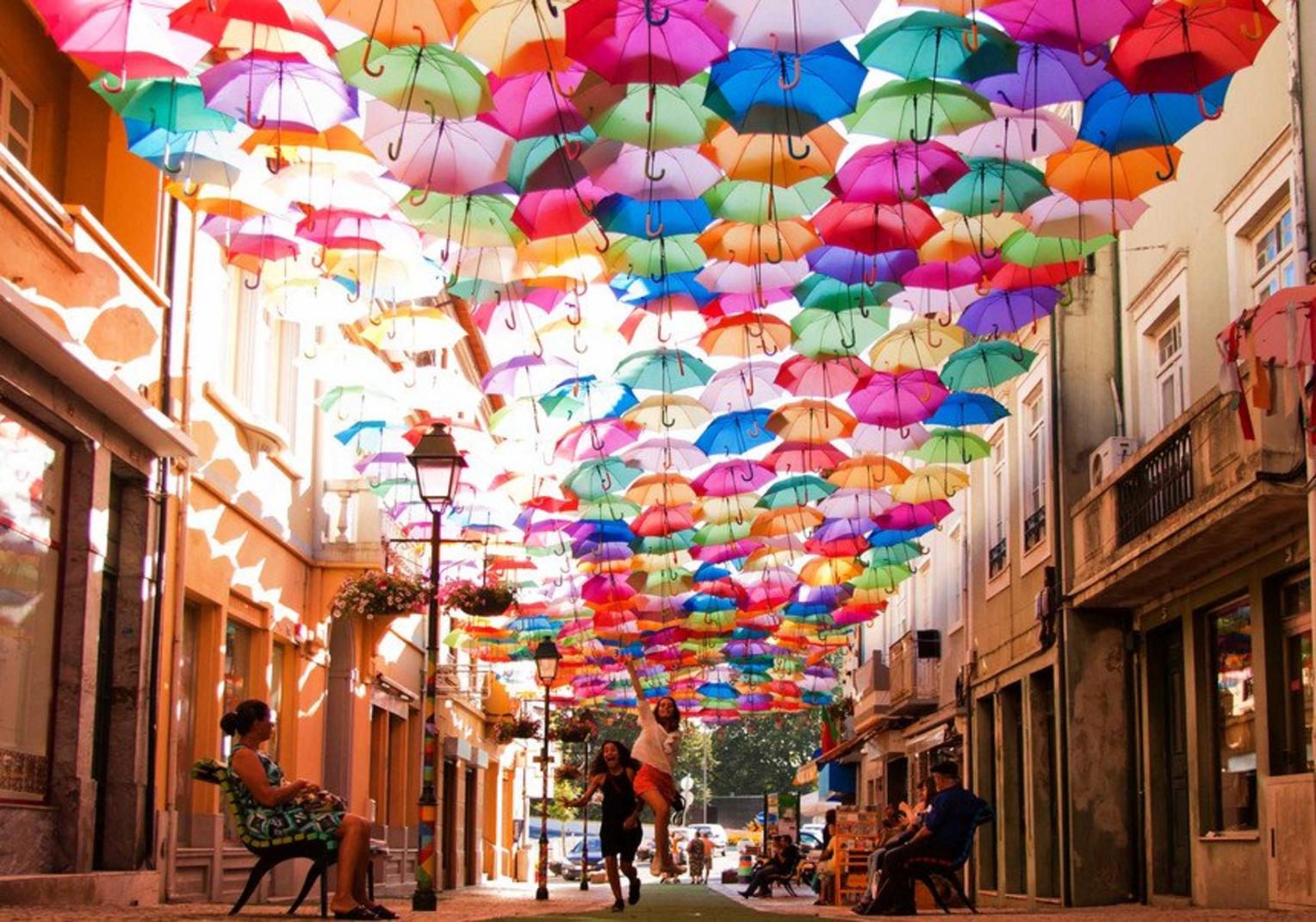 家族そろって散歩アゲダ市の通りでアーバン・アートを祝う