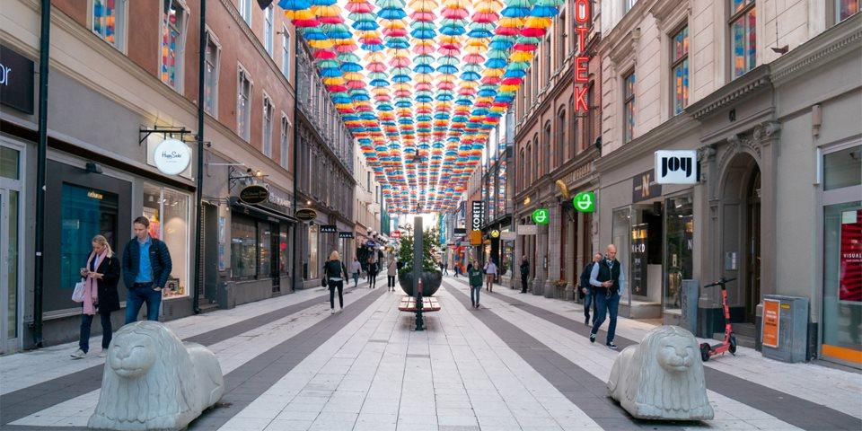 Agora ao vivo: 1400 guarda-chuvas formam um céu colorido sobre Drottninggatan 0