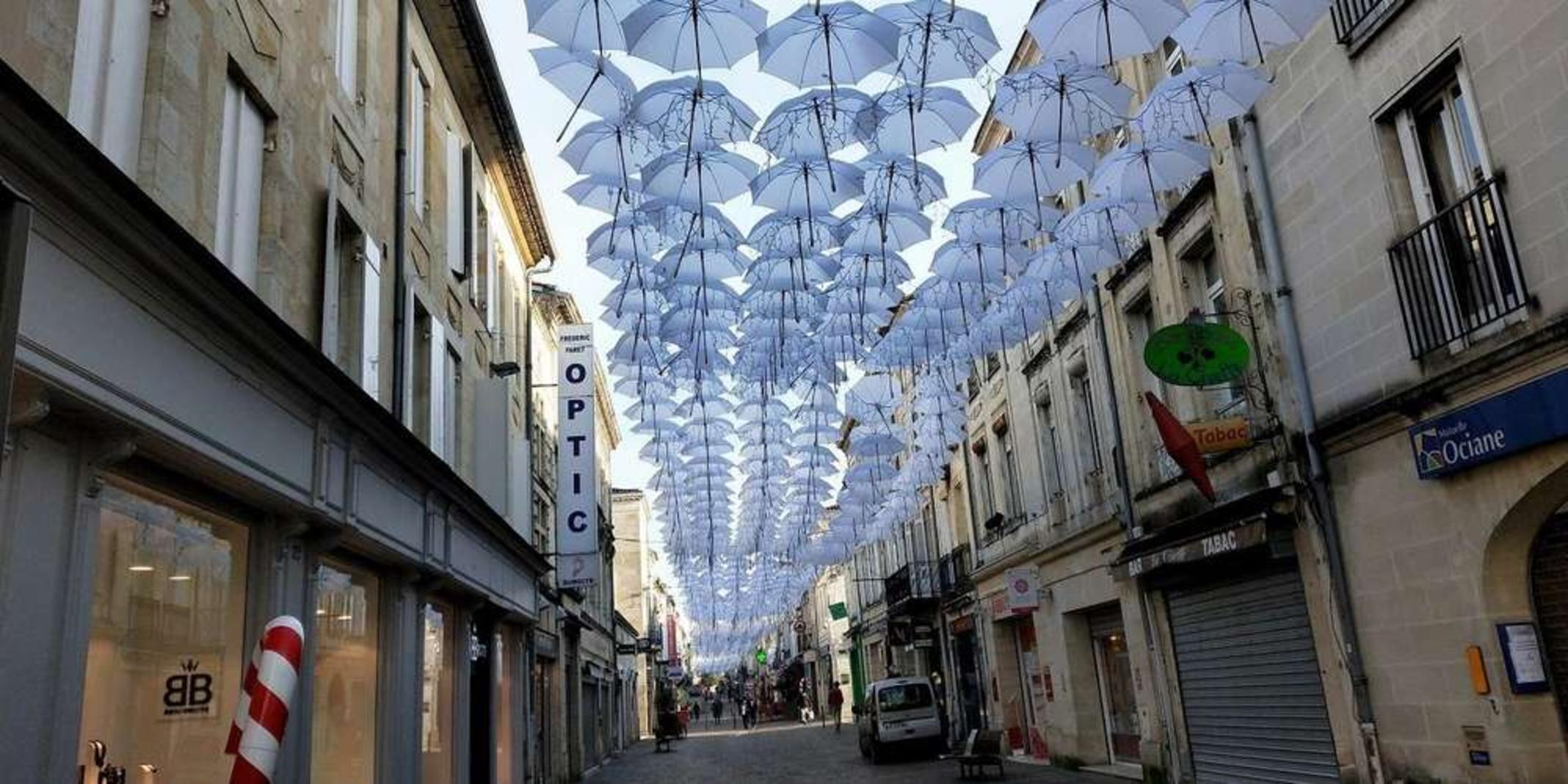 Libourne : les parapluies de la rue Gambetta vont rester jusqu'à fin janvier
